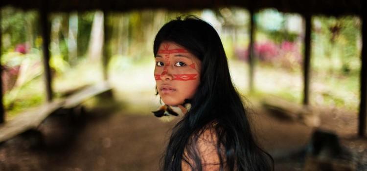Femme kichwa dans la forêt amazonienne